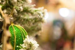 Jul klumpa ihop sig på trädet i bakgrunden med andra garneringar och girlander kopiera avstånd Royaltyfria Foton