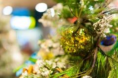 Jul klumpa ihop sig på trädet i bakgrunden med andra garneringar och girlander kopiera avstånd Royaltyfri Foto