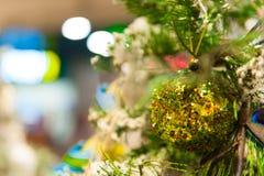 Jul klumpa ihop sig på trädet i bakgrunden med andra garneringar och girlander kopiera avstånd Arkivbilder