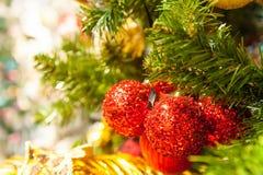 Jul klumpa ihop sig på trädet i bakgrunden med andra garneringar och girlander kopiera avstånd Arkivfoto