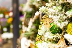 Jul klumpa ihop sig på trädet i bakgrunden med andra garneringar och girlander kopiera avstånd Arkivfoton