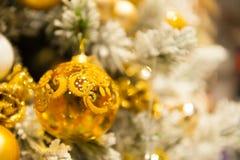 Jul klumpa ihop sig på trädet i bakgrunden med andra garneringar och girlander kopiera avstånd Royaltyfri Bild