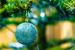 Jul klumpa ihop sig på trädet i bakgrunden med andra garneringar och girlander kopiera avstånd Royaltyfri Fotografi