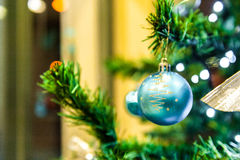 Jul klumpa ihop sig på trädet i bakgrunden med andra garneringar och girlander kopiera avstånd Fotografering för Bildbyråer