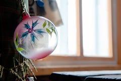 Jul klumpa ihop sig på trädet i den ljusa fönsterbakgrunden med andra garneringar och girlander kopiera avstånd Arkivfoto
