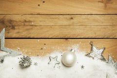 Jul konstgjord snö med julgarnering på träbakgrund royaltyfri foto