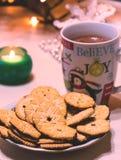 Jul kuper, varm choklad och kakor royaltyfria bilder