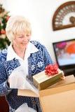 Jul: Kvinna som är klar att sända feriegåvor Arkivbilder