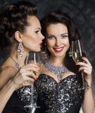 Jul. Kvinnor med wineexponeringsglas av champagne Arkivfoton