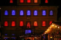 jul ledde stjärnor för neonljus och xmas-träd i historisk cit arkivfoto