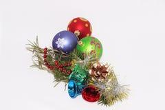Jul leker med en kvist av granträdet arkivbild