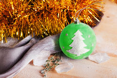 Jul leker med en trädteckenidé, utrymme Arkivbild