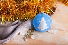Jul leker med ett trädtecken Royaltyfria Foton
