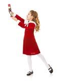 Jul: Lilla flickan slår en posera med nötknäpparen royaltyfria bilder