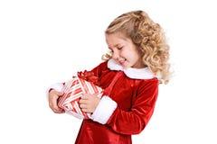 Jul: Lilla flickan startar att packa upp gåvan arkivbild