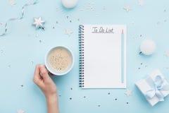 Jul listar och kvinnahanden med koppen kaffe på blå pastellfärgad bästa sikt för tabell lekmanna- stil för lägenhet Ferieplanlägg royaltyfria bilder