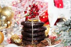 Jul, ljust rödbrun bröd för xmas på den guld- plattan, röd bergaska, rönn, vit ren, julträd och bollar, på metalliskt royaltyfri foto
