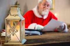 Jul lykta och Santa Claus i bakgrund arkivbilder