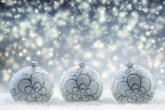 Jul Lyxig jul klumpa ihop sig med prydnader i jul Sno Arkivfoton