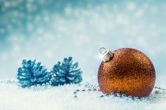 Jul Lyxig jul klumpa ihop sig med prydnader i jul Sno Royaltyfria Bilder