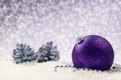 Jul Lyxig jul klumpa ihop sig med prydnader i jul Sno Arkivfoto