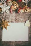 Jul märker på träbakgrund med garneringarround Royaltyfri Foto