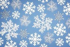 Jul mönstrar den vita snöflingan på blå bakgrund Top beskådar royaltyfria bilder