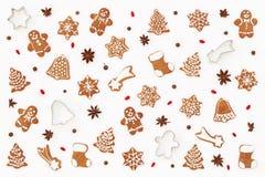 Jul mönstrar gjort av pepparkakakakor, stjärnaanis och att baka former och barberries på vit bakgrund Jul och vinter Arkivfoton
