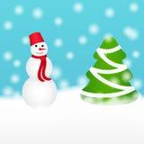 Jul mönstrar med snögubbe- och granträdet i snöig dag Arkivfoton