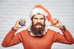 Jul man med dekorativa bollar arkivbild