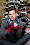 Jul Mannen dricker varm choklad Royaltyfri Bild