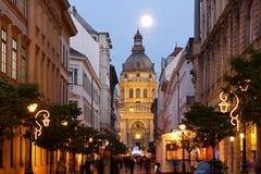 Jul marknadsför framme av Sts Stephen basilika i Budapest Arkivbild