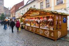 Jul marknadsför i den gamla staden av Potsdam. Sälja den traditionella sötsaker och pepparkakan. Royaltyfria Bilder