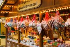 Jul marknadsför i den gamla staden av Potsdam. Sälja den traditionella sötsaker och pepparkakan. Arkivfoton