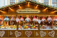 Jul marknadsför i den gamla staden av Potsdam. Sälja den traditionella sötsaker och pepparkakan. royaltyfria foton