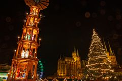 Jul marknadsför i Erfurt med sikt från pyramide och träd till cathedralnddomkyrkan arkivfoto