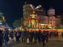Jul marknadsför med den gamla slotten för julpyramiden nästan i Stuttgart, Tyskland royaltyfri foto