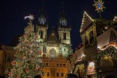 Jul marknadsför på den gamla stadfyrkanten i Prague Royaltyfria Bilder