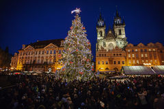 Jul marknadsför på den gamla stadfyrkanten i Prague Arkivfoto