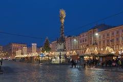 Jul marknadsför på den huvudsakliga fyrkanten av Linz i skymning, Österrike royaltyfri fotografi