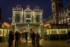 Jul marknadsför på den Rathaus marknadsfyrkanten, Hamburg, Tyskland arkivfoto