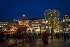 Jul marknadsför på den Rathaus marknadsfyrkanten, Hamburg, Tyskland arkivfoton