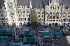 Jul marknadsför på Munich Marienplatz i mitt av staden Fotografering för Bildbyråer