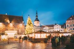 Jul marknadsför på stadshusfyrkant i Tallinn, Estland jul min version för portföljtreevektor arkivbild
