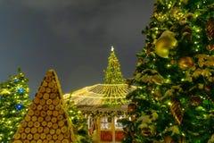 Jul marknadsf?r p? r?d fyrkant i fyrkanten f?r centret f?r Moskva dekorerad och upplyst r?da, f?r jul i Moskva arkivfoto