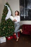 Jul x-mas, vinter, lyckabegrepp - le kläder för kvinnamodestil beklär att posera på studion fotografering för bildbyråer