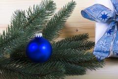 Jul med blå jul klumpa ihop sig och ljus-färgad träbakgrund Royaltyfri Fotografi