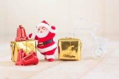 Jul med dekorerar och Santa Claus gåvaaskar på trä Royaltyfri Fotografi