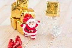 Jul med dekorerar och Santa Claus gåvaaskar på trä Royaltyfria Bilder