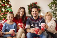 Jul med familjen fotografering för bildbyråer
